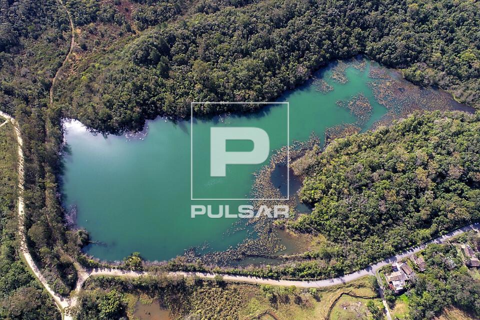 Vista de drone de lagoa em recuperação após exploração de carvão mineral