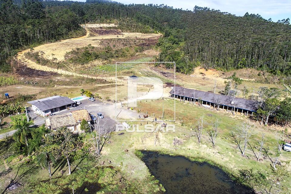 Vista de drone de pequena propriedade rural