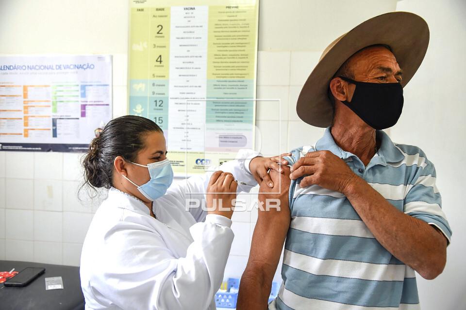 Vacinação contra a COVID-19 em posto de saúde