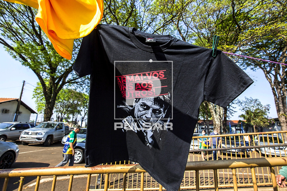Venda de camiseta apoiando o uso de armas durante manifestação a favor do governo de Jair Bolsonaro no feria
