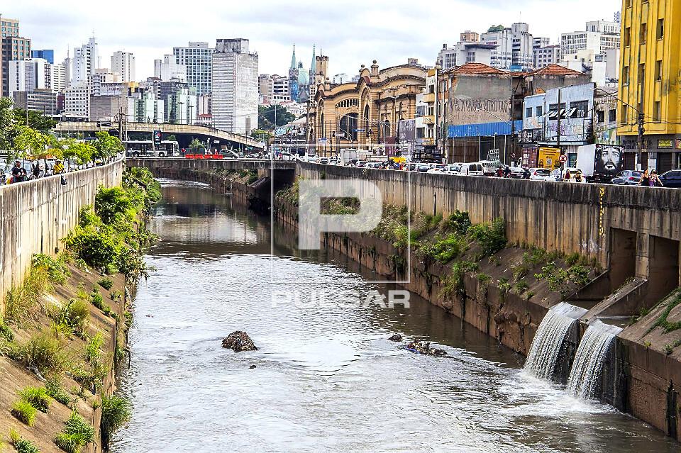 Foz do córrego Anhangabaú desaguando no Rio Tamanduateí - Mercado Municipal ao fundo - inaugurado em 1933 -