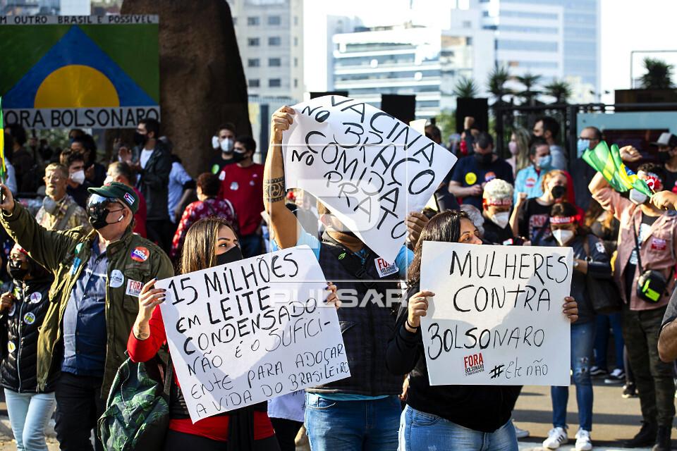 Manifestantes contra o governo Bolsonaro na avenida Paulista reivindicam vacina no braço e comida no prato