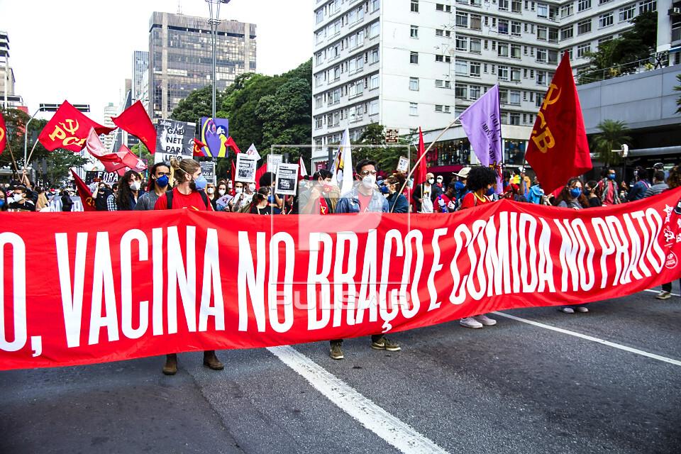 Passeata na avenida Paulista contra governo Jair Bolsonaro - manifestantes reivindicam vacina no braço e comi