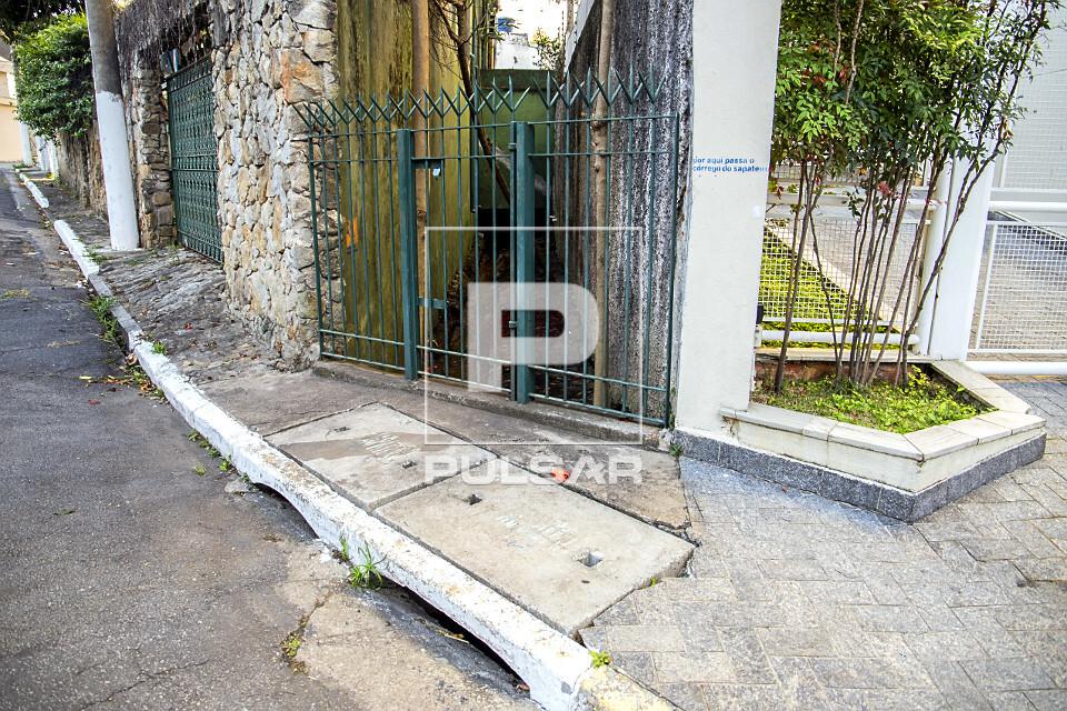 Portão protege nascente do córrego do Sapateiro na rua Lutfalla Salim Achoa - bairro Vila Mariana