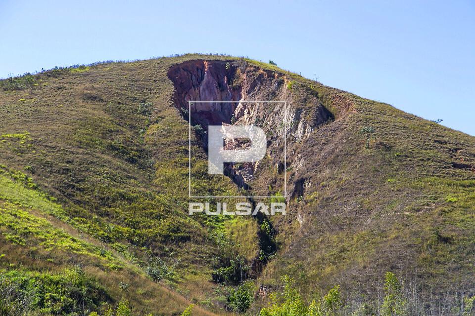 Erosão no topo de morro usado como pastagem no Vale do Paraíba