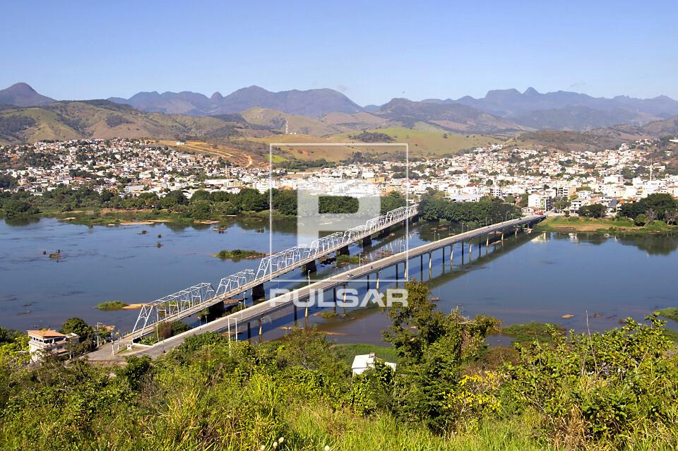 Vista de cima do rio Paraíba do Sul com ponte da rodovia BR-492 ao lado da ponte metálica Walter Velasco e c