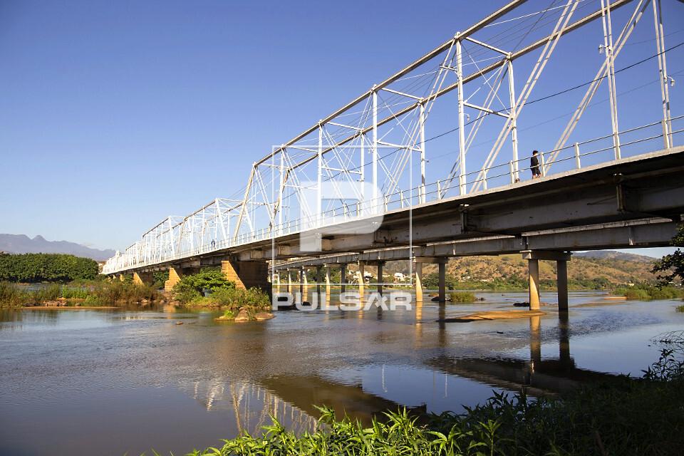 Ponte metálica Walter Vellasco sobre o rio Paraíba do Sul - liga centro da cidade ao distrito de Ipuca - con