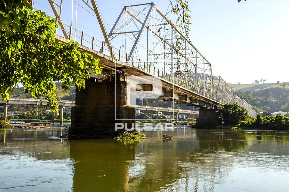 Ponte metálica Walter Vellasco sobre rio Paraíba do Sul - liga o centro da cidade ao distrito de Ipuca - con