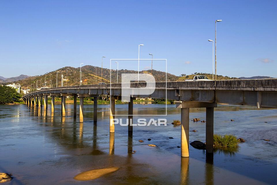 Ponte da rodovia BR-492 sobre rio Paraíba do Sul
