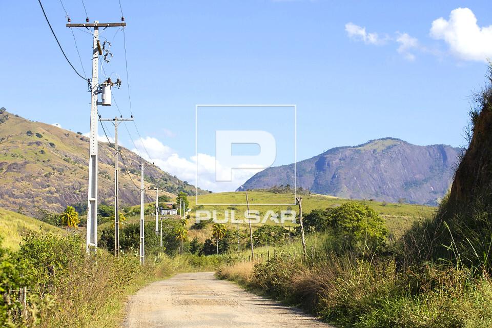 Postes de eletrificação na beira de estrada vicinal