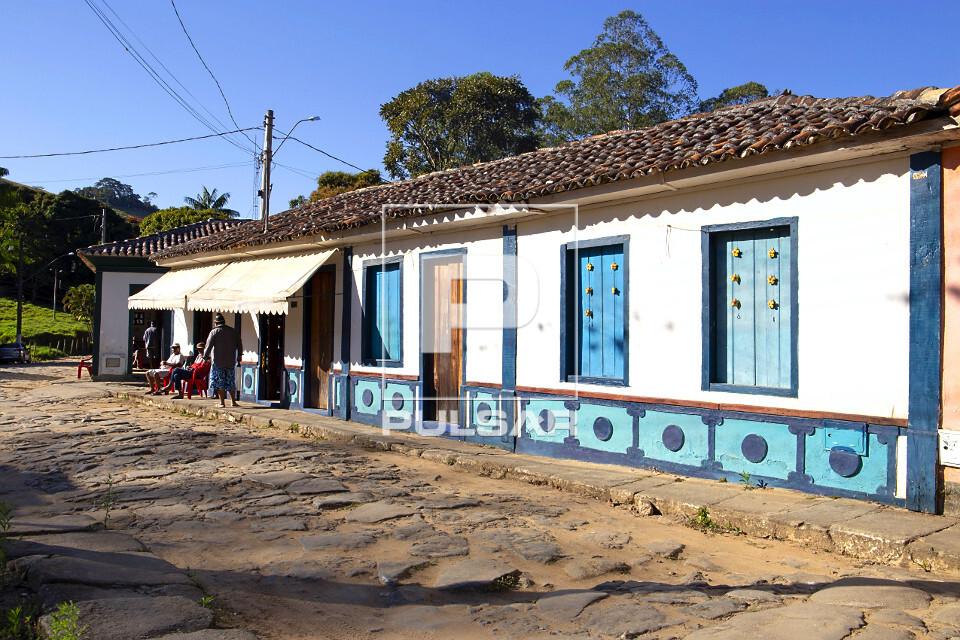 Casarão colonial e toldos de comércio ao fundo - calçamento pé de moleque - distrito São Pedro de Itabapo