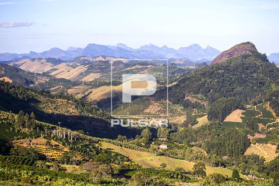 Plantações de café, eucalipto e vegetação remanescente de mata atlântica próximo aos picos da região s