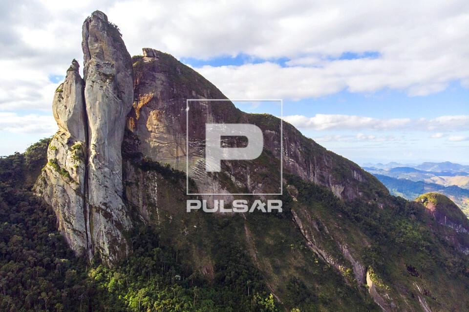 Vista de drone do Pico dos Pontões - faz parte do Monumento Natural Estadual de Serra das Torres