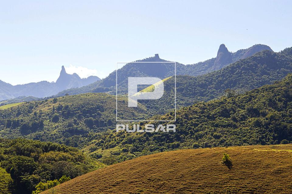 Pastagem e picos do Monumento Natural Estadual de Serra das Torres