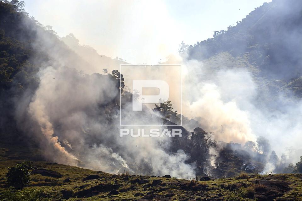 Incêndio entre morros durante estiagem