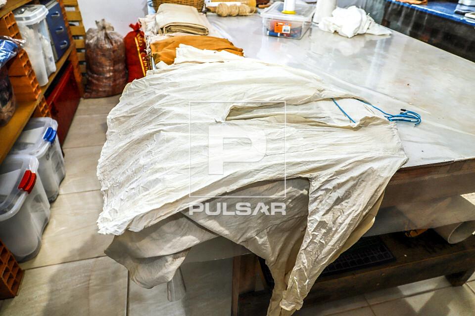 Blusas de algodão branco orgânico separadas para serem tingidas com tingimento natural