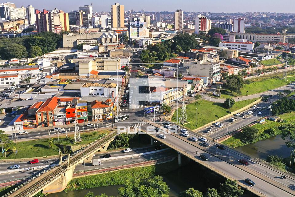 Vista de drone da  Avenida São Paulo e ponte ferroviária sobre o Rio Sorocaba e Avenida Dom Aguirre neste tr