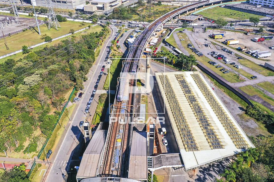 Vista de drone do mêtro de superficie na Estação Santo Amaro Linha 5-Lilás e à direita Terminal Guido Cal