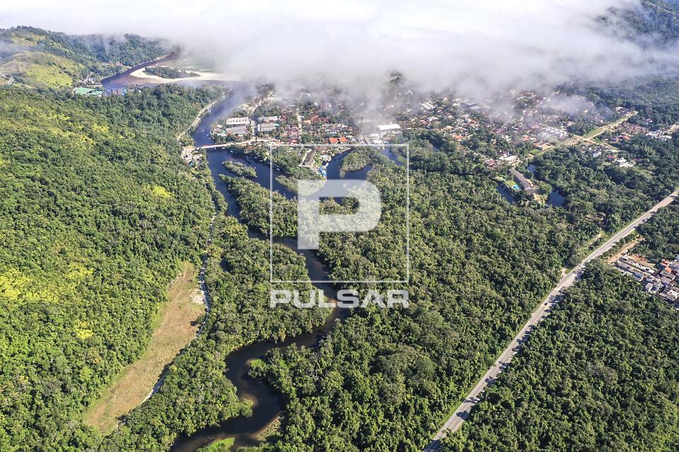 Vista de drone das junções dos Rios Una acima e Cubatão abaixo - Rodovia BR-101 à direita - nevoeiro marí