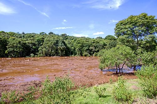 Onda de lama contaminada após rompimento da barragem da mina do Córrego do Feijão - rejeitos acumulados dur