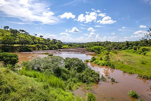 Rio Paraopeba tomado por onda de lama contaminada após rompimento da barragem da mina do Córrego do Feijão