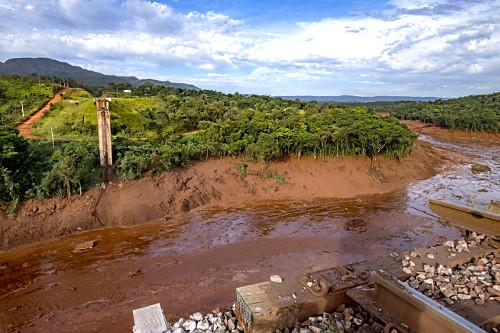 Ponte de ferrovia destruída por onda de lama contaminada após rompimento da barragem da mina do Córrego do