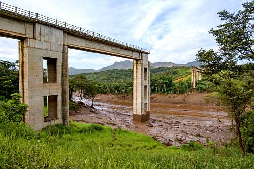 Ponte ferroviária destruída por onda de lama contaminada após rompimento da barragem da mina do Córrego do