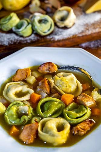 Cappelletti com frango - brodo - também denominado capeleti