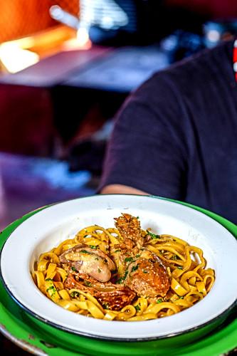 Macarrão com frango caipira - também denominado macarronada com galinha caipira