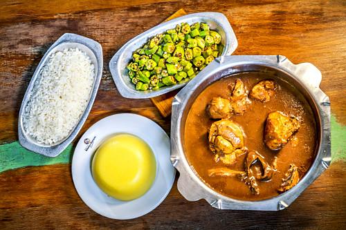 Frango caipira ensopado, com arroz, quiabo e angu