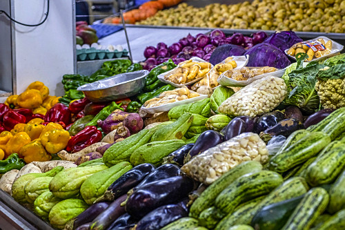 Legumes à venda em banca do Mercado Central