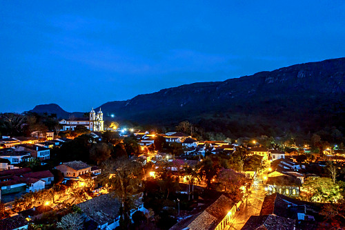 Vista de drone noturna da cidade e Igreja Matriz de Santo Antônio à esquerda - centro histórico - Circuito