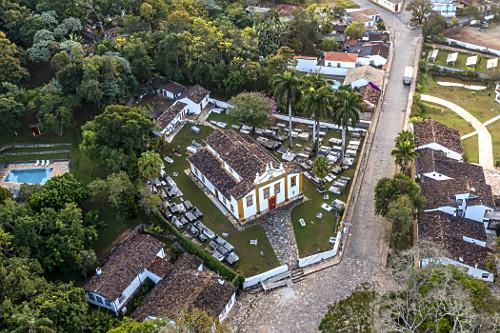 Vista de drone da Igreja Nossa Senhora das Mercês e cemitério no Largo das Mercês e Rua Silvio Vasconcelos