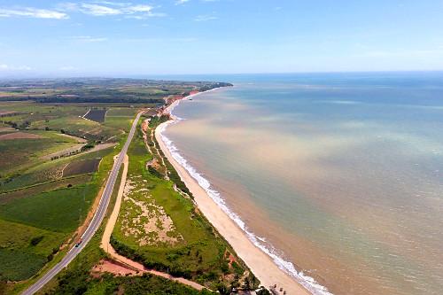 Vista de drone da Rodovia do Sol ES-060 margeando a Praia de Marataízes