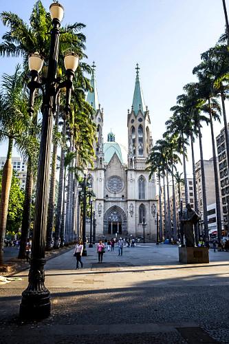 Palmeiras-imperiais na frente da Catedral Metropolitana de São Paulo - Catedral da Sé - projeto de Maximilia