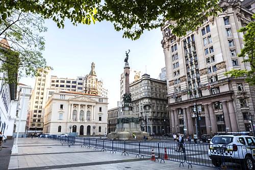 Monumento Glória Imortal aos Fundadores de São Paulo de Amadeo Zani no Pátio do Colégio - local da fundaç