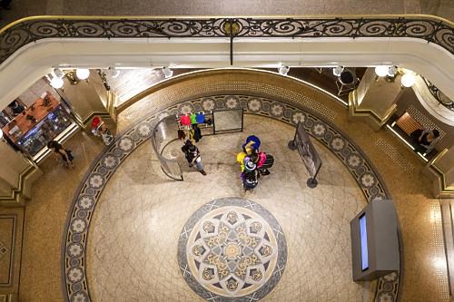 Vista interna de pessoas no átrio do CCBB Centro Cultural Banco do Brasil - instalado em prédio de 1901 –