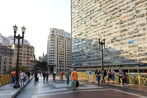 Pessoas no Viaduto Santa Ifigênia e Condomínio Edifício Mirante do Vale - centro histórico - estrutura met