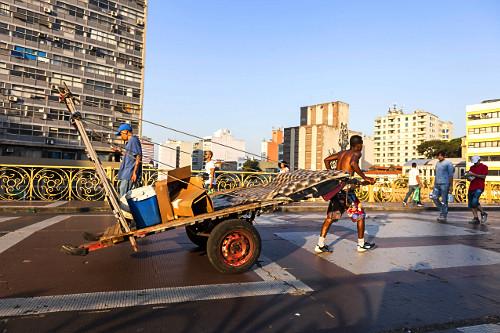 Catador de recicláveis puxando carrinho de mão no Viaduto Santa Ifigênia - centro histórico