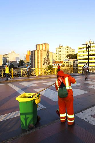 Gari fazendo limpeza urbana Viaduto Santa Ifigênia - centro histórico