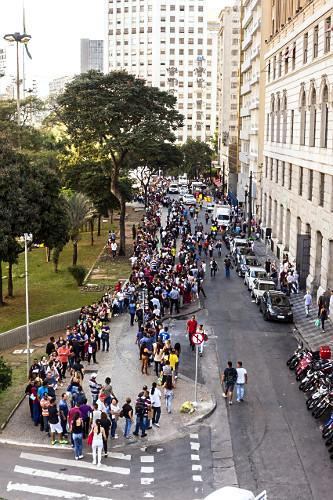 Vista de cima de fila de pessoas procurando emprego