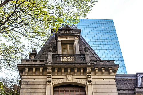 Contraste entre edifício antigo da Casa das Rosas - Espaço Haroldo de Campos de Poesia Literatura e Edifíci