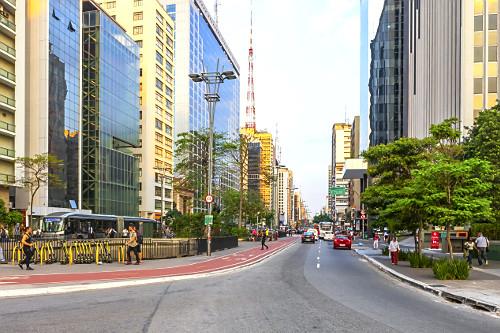 Edifícios comerciais e ciclovia na Avenida Paulista - à esquerda patinetes elétricos compartilhados por apl