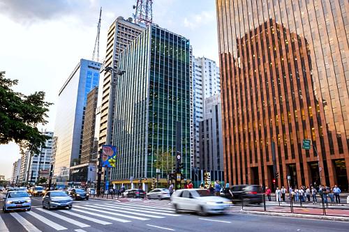 Edifícios comerciais e veículos trafegando na Avenida Paulista