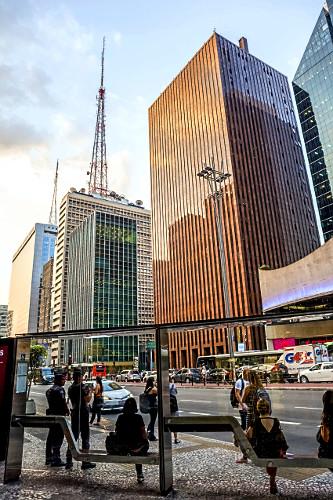 Torres de transmissão em edifícios comerciais e ponto de ônibus na Avenida Paulista
