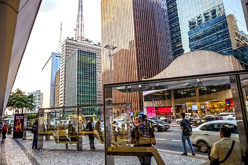 Ponto de ônibus e edifícios comerciais na Avenida Paulista