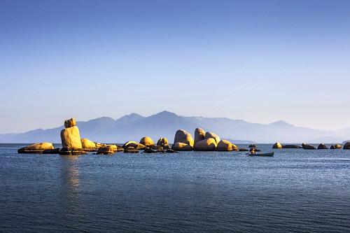 Formações rochosas na Praia de Itaguaçu