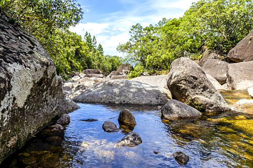 Rochas na Cascata Cobrinha de Ouro