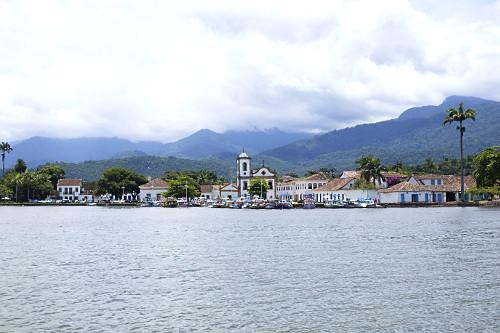 Vista de barcos atracados na Baía e ao fundo Igreja de Santa Rita - construída em 1722 - abriga o Museu de A