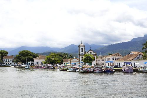 Barcos de passeio turístico atracados na Baía e Igreja de Santa Rita - construída em 1722 - abriga o Museu